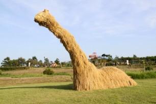 Japans-Straw-Beasts-Loch-Ness